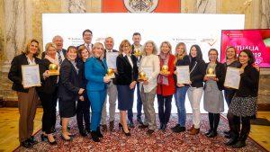 Die PreisträgerInnen der VIKTUALIA Awards 2019 mit Bundesministerin Patek sowie ihren Trophäen und Urkunden