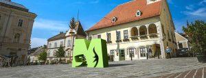 Fotomontage Landmark Mödlinger M vor dem Rathaus