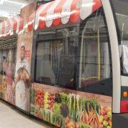 Straßenbahnbeklebung Kampagne Wiener Märkte